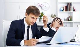 Bedrijfs mannelijke medewerkers die fout maken stock afbeeldingen
