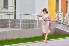 Bedrijfs meisje dat onderaan de straat loopt In zijn hand een autosleutel stock fotografie