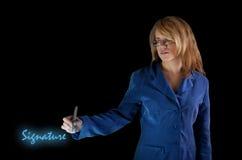 Bedrijfs meisje met digitale handtekening Stock Afbeelding