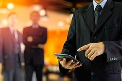 Bedrijfs mens Bedrijfsmens die de gegevens van het tabletonderzoek voor busine gebruikt Stock Foto's