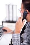 Bedrijfs mens bezig met zijn telefoon Stock Fotografie