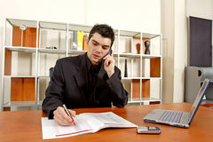 Bedrijfs mens in bureau Royalty-vrije Stock Foto