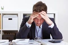 Bedrijfs mens in bureau met doorsmelting royalty-vrije stock afbeelding