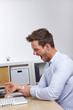 Bedrijfs mens in bureauholding van hem stock foto