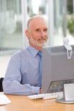 Bedrijfs mens die aan laptop werkt stock afbeeldingen