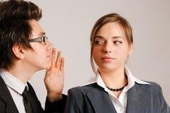 Bedrijfs mens die aan partner fluistert Stock Foto's
