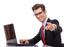 Bedrijfs mens die aan u richt Royalty-vrije Stock Foto's