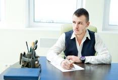 Bedrijfs mens die in bureau werkt Stock Afbeeldingen