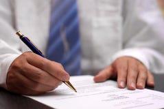 Bedrijfs mens die contract ondertekent Stock Foto's