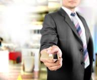 Bedrijfs mens die creditcard tonen stock afbeeldingen