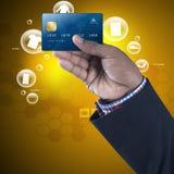 Bedrijfs mens die creditcard toont Royalty-vrije Stock Afbeelding