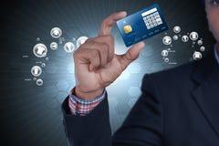 Bedrijfs mens die creditcard toont Royalty-vrije Stock Foto's