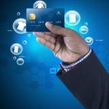 Bedrijfs mens die creditcard toont Stock Foto's