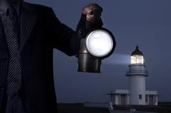 Bedrijfs mens die de lamp in duisternis overhandigt Royalty-vrije Stock Afbeeldingen