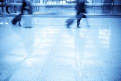 Bedrijfs mens die in de luchthaven loopt Stock Foto's