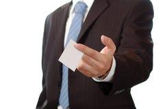 Bedrijfs mens die een adreskaartje geeft Stock Foto's