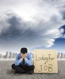 Bedrijfs mens die een baan zoekt Royalty-vrije Stock Afbeeldingen