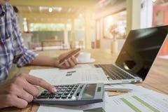 Bedrijfs mens die een calculator gebruikt Royalty-vrije Stock Fotografie