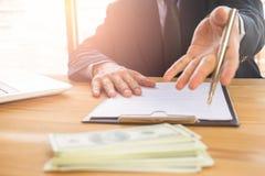 Bedrijfs mens die een contract ondertekent Bezit het bedrijfsteken persoonlijk, directeur van het bedrijf, rechtskundig adviseur  stock afbeelding