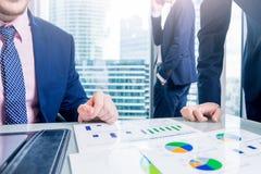 Bedrijfs mens die een contract ondertekent De zakenlieden bespreken zaken stock foto