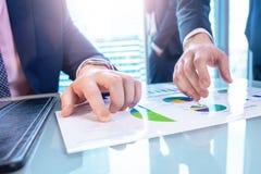 Bedrijfs mens die een contract ondertekent De zakenlieden bespreken zaken royalty-vrije stock afbeeldingen