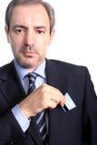 Bedrijfs mens die een creditcard houdt Stock Foto