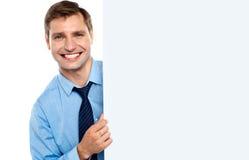 Bedrijfs mens die een lange lege banneradvertentie houdt Royalty-vrije Stock Foto