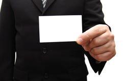 Bedrijfs mens die een leeg adreskaartje overhandigt Royalty-vrije Stock Foto