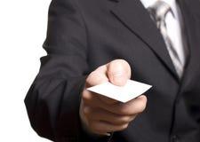 Bedrijfs mens die een leeg adreskaartje overhandigt Royalty-vrije Stock Afbeelding
