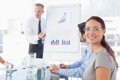 Bedrijfs mens die een presentatie geeft Stock Foto