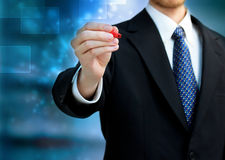 Bedrijfs mens die een rode pen houdt Stock Foto's