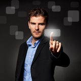 Bedrijfs mens die een touchscreen knoop drukt Stock Afbeelding