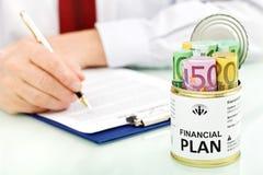 Bedrijfs mens die financieel plan maakt - close-up Stock Fotografie