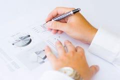 Bedrijfs mens die grafiek analyseert Stock Foto