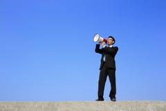 Bedrijfs mens die megafoon met behulp van Stock Foto's