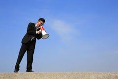Bedrijfs mens die megafoon met behulp van Stock Afbeeldingen