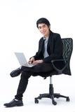 Bedrijfs mens die met laptop werkt Royalty-vrije Stock Foto's