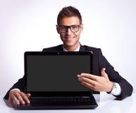 Bedrijfs mens die nieuwe laptop voorstelt Stock Foto's