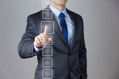Bedrijfs mens die op een interface van het aanrakingsscherm duwt Stock Foto's