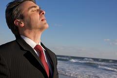 Bedrijfs Mens die op het Strand bidt royalty-vrije stock foto's
