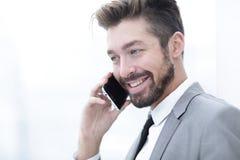 Bedrijfs mens die op mobiele telefoon spreekt royalty-vrije stock foto