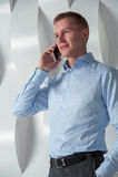 Bedrijfs mens die op telefoon spreekt Royalty-vrije Stock Foto
