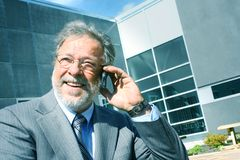 Bedrijfs mens die op telefoon spreekt Stock Afbeeldingen