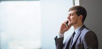 Bedrijfs mens die op zeer nieuwsgierige celtelefoon spreekt Royalty-vrije Stock Afbeelding