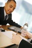 Bedrijfs Mens die Overeenkomst krijgt stock foto