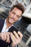Bedrijfs mens die in stad navigeert Stock Foto