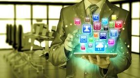 Bedrijfs mens die tabletPC met behulp van Royalty-vrije Stock Foto's