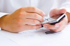 Bedrijfs mens die touchscreen mobiel houdt Royalty-vrije Stock Foto