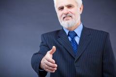 Bedrijfs mens die voor handdruk aanbieden Royalty-vrije Stock Afbeelding