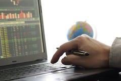 Bedrijfs mens die voorraaddiagram controleert Royalty-vrije Stock Afbeelding